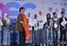 Deputy Chairman Media Group Rerie L. Moerdijat tengah menyerahkan penghargaan kepada salah satu siswa peraih beasiswa OSC Medcom.id 2018 di Balai Kartini, Jakarta