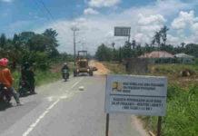 Caption : Terlihat alat berat yang sedang meratakan jalan Arso Swakarsa untuk pengembangan Jalan Dua Jalur di Kabupaten Keerom.
