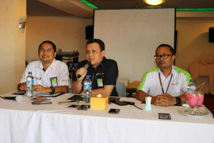Caption : General Manager PT Pertamina (Persero) Marketing Operation Region VIII Maluku-Papua, Iim Febrian didampingi, Unit Manager Communication & CSR Marketing Operation Region VIII, Brasto Galih Nugroho, dan Manager Retail Fuel Marketing Region VIII, Fanda Chrismianto saat memberikan keterangan pers di B-One Resto, Kamis (6/12/2018). Foto : Ayu Vhino/PapuaSatu.com