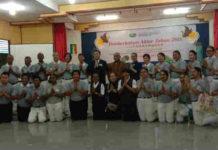 Caption : Foto bersama ketua Yayasan Buddha Tzu Chi Kantor penghubung biak bersama para relawan
