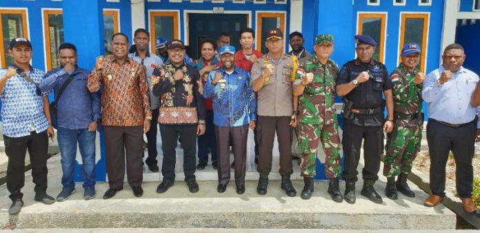 Caption : Foto bersama Bupati Mamberamo Tengah Ricky Ham Pagawak, SH,MSi Ketua KPU Theodorus Kossay, dua komisioner dan Kapolres AKBP Deni Herdiano usai pertemuan di Mamberamo Tengah.