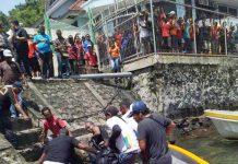 Caption : Anggota gabungan KPL Jayapura dan Polairud Kota Jayapura saat mengevakuasi korban tenggela, di pelabunan Laut Jayapura.