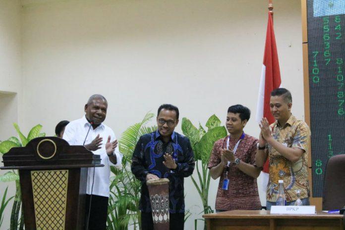 Caption : Bupati Jayapura Mathius Awoitauw, S.E., M.Si, saat membuka kegiatan sosialisasi implementasi transaksi non tunai di Aula Lantai II Kantor Bupati Jayapura, Sabtu (2/3/2019) pagi.