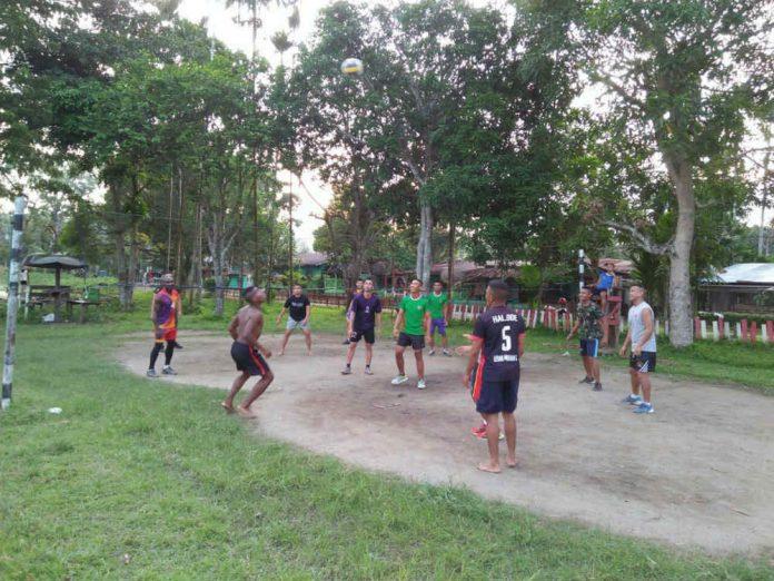 Caption : Suasana Prajurit Satgas Yonif 725/Woroagi Pos Kout Yonif 725/Woroagi dan masyarakat Kampung Workwana distrik Arsotami, kabupaten Keerom, saat olahraga bersama