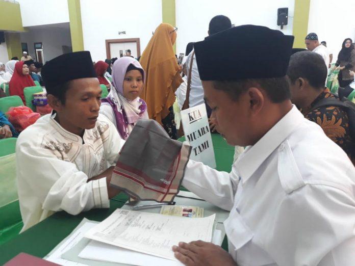 Caption : Suasana Pernikahan massal bagi umat muslim di Aula Sian Soor, Kantor Wali Kota Jayapura, Rabu (6/3/2019).