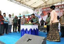 Caption: Bupati Keerom Muh. Markum didampingi Wakil Bupati Kabupaten Jayapura Giri Wijayantoro dan sejumlah pejabat di Kabupaten Keerom memotong tumpeng sebagai simbol perayaan HUT Kabupaten Keerom ke 16 Tahun.