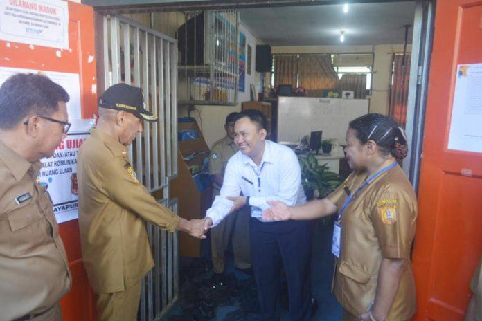 Caption : Wali Kota Jayapura, DR Benhur Tomi Mano MM didampingi Kadis Pendidikan, saat meninjau suasana UNBK di SMP Negeri 5 Entrop, Selasa (23/4/2019).