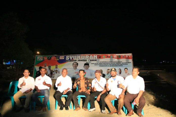 Caption : Bupati Jayapura, Mathius Awoitauw bersama tim pendukung pasangan Joko Widodo-Ma'ruf Amin mengacungkan jempol usai syuukuran kemenangan Jokowi-Amin, pada Rabu (24/4/2019).