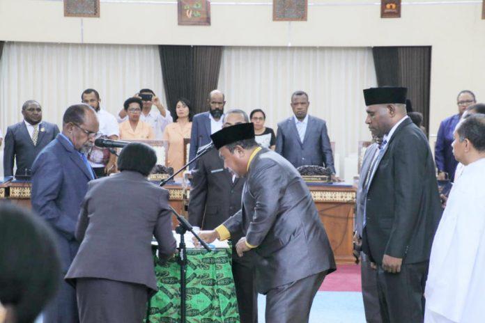 Caption : Ketua DPRP Papua DR Yunus Wonda, SH, MH saat melantik empat anggota DPR Papua PAW di ruang Rapat Paripurna DPR Papua, Rabu (15/5/2019) siang.