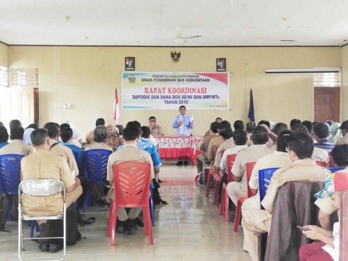 Caption: Bupati Keerom Muh. Markum tengah memberikan arahan kepada seluruh kepala sekolah dalam rapat koordinasi Dapodik dan dana BOS.