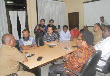 Caption : Suasana pertemuan Ketua Harian KPA, Yan Matuan dan Rombongan dengan Kadinkes Papua, drg Aloysius Giyai di ruang pertemuan Dinkes Papua, Senin (13/5/2019).