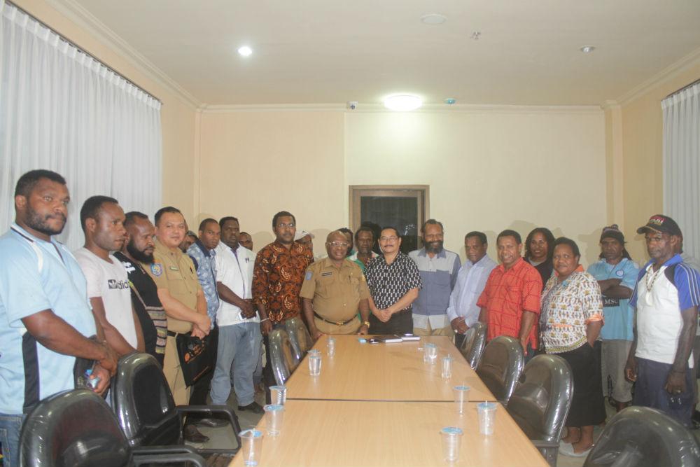 Caption : Foto bersama Kadinkes Provinsi Papua dan Ketua Harian KPA papua bersama rombongan usai pertemuan di ruang rapat kantor Dinkes Papua, Senin 13/5/2019) sore.