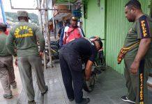 Caption : Gabungan personil Satpol PP dan Dinas Perhubungan saat melakukan penertiban kendaraan roda dua diatas Trotoar jalan Ahmad Yang Kota Jayapura