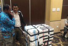 Caption : Terlihat Kotak dan Surat Suara berada di ruang rapat Pleno Kpu Provinsi Papua yang berlangsung di Grand Abe-Hotel Jayapura, Selasa 914/5/2019). Foto Istimewah/PapuaSatu.com