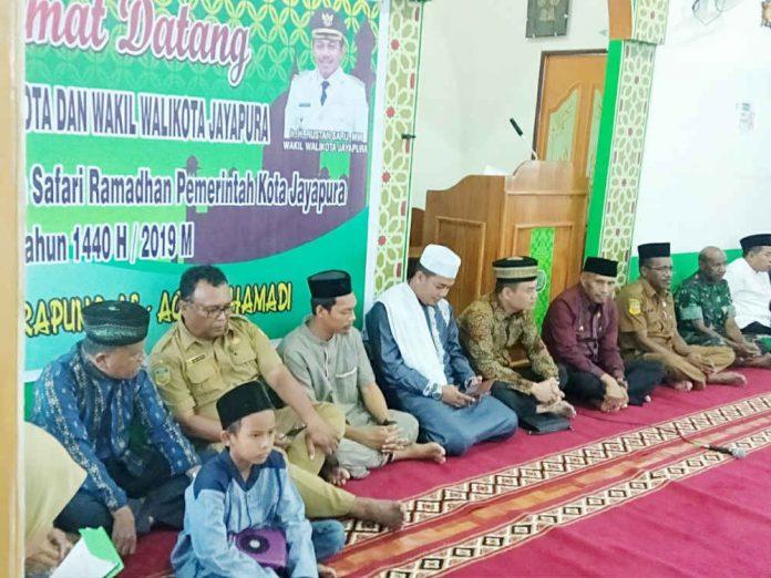 Caption : Salah Satu Boca bernama Muhammad Tahrur Ilham ketika melanntumkan Ayat Suci Al-Quran di masjid Terapung Al-Aqsha, Hamadi-Jayapura, Selasa (14/5/2019) sore. Foto : Ayu Vhino/PapuaSatu.com