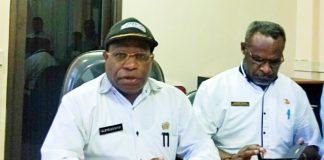 Caption : Kepala Dinas Kesehatan Provinsi Papua, Drg. Aloysius Giyai, M.Kes didampingi oleh Kepala Bidang SDK, Dinas Kesehatan Provinsi Papua, Lesman Tabuni