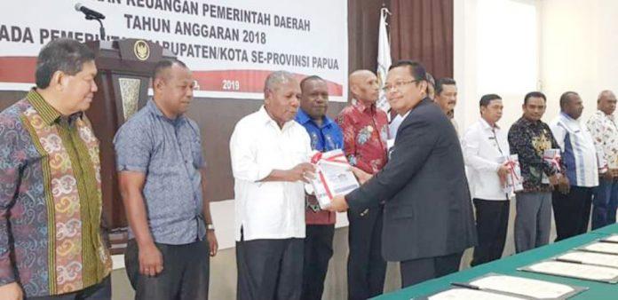Caption : Bupati Jayapura, Mathius Awoitauw saat menerima Opini WTP dari Badan Pemeriksa Keuangan (BPK) RI, Rabu (15/5/2019) sore.