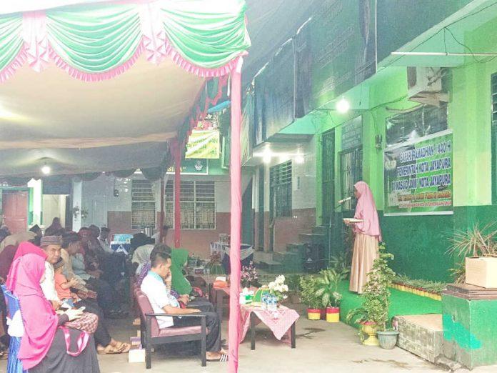 Caption : Bocah berusia delapan tahun ketika melantukan ayat AL-Quran di hadapan Walikota Jayapura dan rombongan beserta para jamaah Masjid Tami Jayapura, Kamis (16/5/2019). Foto: Ayu Vhino/PapuaSatu.com