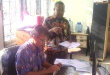 Caption : Kepala BKPSDM Kabupaten Jayapura, Alex Rumbobiar, ketika menanyakan kepada admin terkait jumlah total pelamar CPNS di Lingkup Pemkab Jayapura