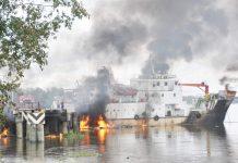 Caption : Kapal Kayu Bermuatan BBM 10 Ton Premium terbakar di pelabuhan Rakyat Kelapa V kabupaten Merauke, Kamis (16/5/2019).