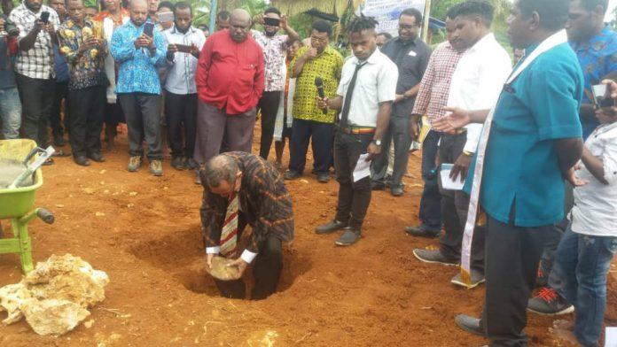 Caption : Sekretaris Klasis Port Numbay Drs. Marten Tanati saat meletakan batu pertama pembangunan Gereja GKI Daniel Angguruk di wilayah Klasis Port Numbay di Koya Koso, Minggu (19/05/2019)