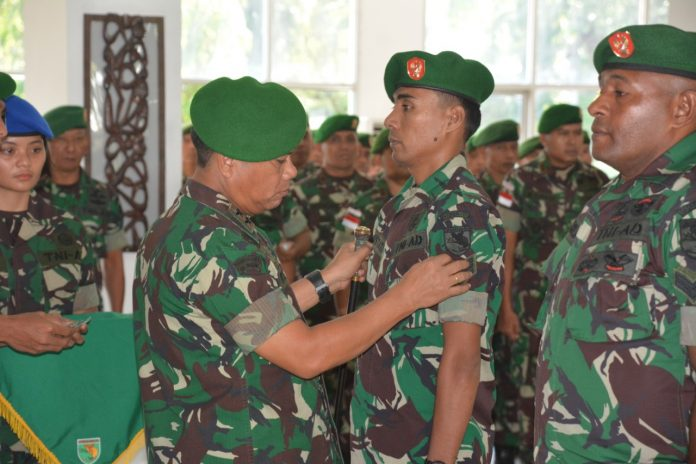 Caption : Pangdam XVII/Cenderawasih, Mayor Jenderal TNI Yosua Pandir Sembiring, S.I.P, saat menyamatkan pangkat kepada salah satu prajurit yang nai pangkat luar biasa.