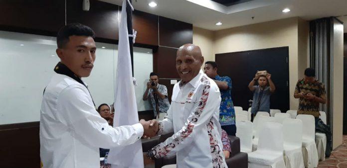 Wali Kota Jayapura, Dr Drs Benhur Tomi Mano, MM, saat melantik Ketua BPMF Kab/Kota Jayapura, Fransiskus Leta
