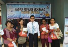 Caption : Kepala PT TASPEN (Persero) Cabang Jayapura, Oktrizal AZ bersama para pensiunan ASN saat membeli sembako dengan menunjukkan Karip. Foto : Ayu Vhino/PapuaSatu.com