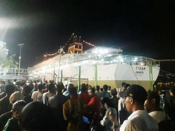 Situasi pelabuhan Jayapura yang dipadati calon penumpang, Selasa (28/5/2019).