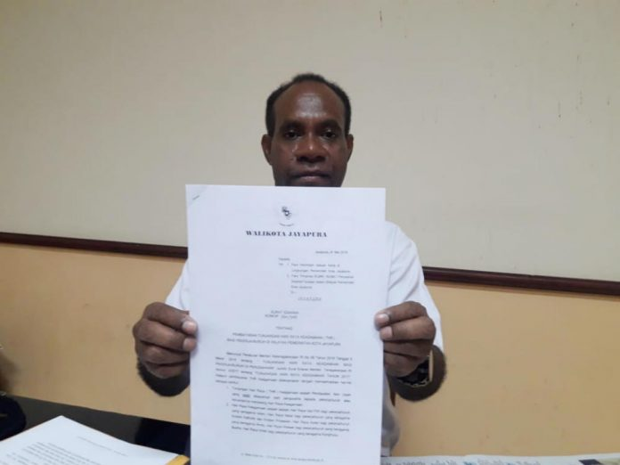 Caption : Kepala Dinas Ketenagakerjaan Kota Jayapura, Djony Naa, SE, MSi saat menunjukan surat edaran terkait pembayaran THR kepada awak media diruang kerjanya, Rabu (29/5/2019). Foto : Ayu Vhino/PapuaSatu.com