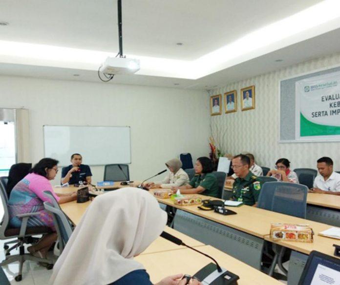 Kepala Bidang Penjaminan Manfaat Rujukan BPJS Kesehatan Cabang Jayapura, Faizal Busran saat memimpin pertemuan di ruang rapat BPJS Kesehatan, Rabu (29/5/2019)