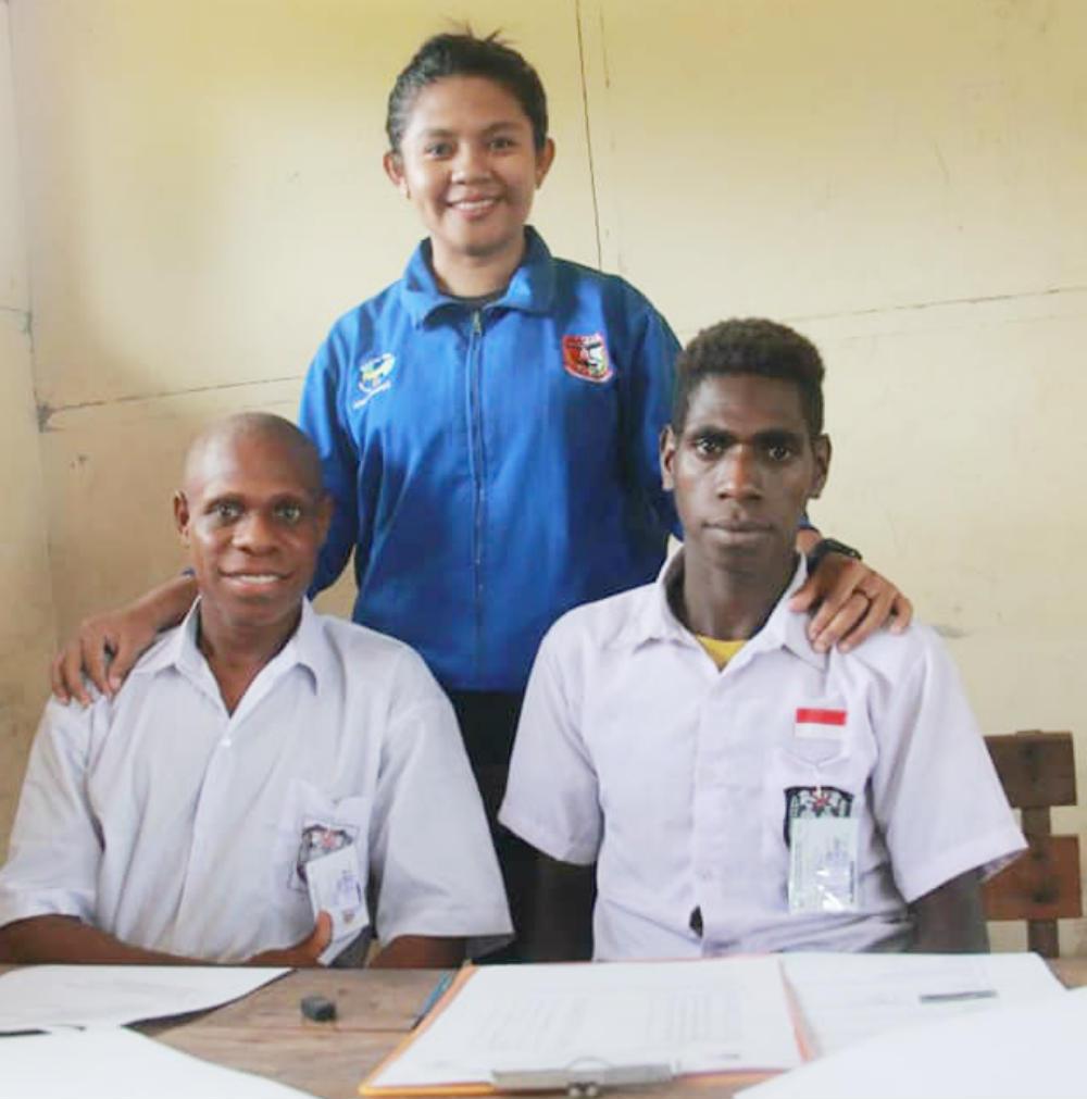 Caption : Diana Cristiana Da Costa Ati, S.pd, ketika foto bersama dengan dua Murid kelas VI SD Inpres Kaibusene Distrik Haju, Kabupaten Mappi, Provinsi Papua.