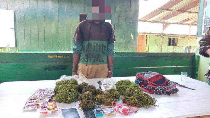 Pelaku bersama barang bukti saat diamankan di Pos Pamtas Yonif 126/KC