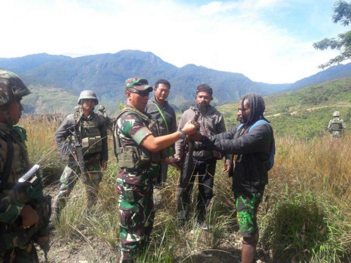 Telangga Gire saat menyerahkan senjata Api Laras Panjang kepada Dandim 1714-Pj, Sabtu 8 Juni 2019