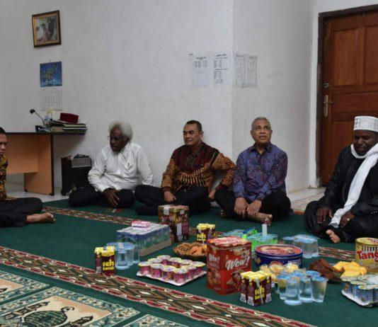 Kapolda Papua bersama Pangdam dan Ketua FKUB Provinsi Papua saat silahturami ke kediaman Ketua MUI Provinsi Papua KH Syaiful Islam Al Payage, Jalan Angkasa Bucen VI Jayapura, Rabu (05/06/2019).