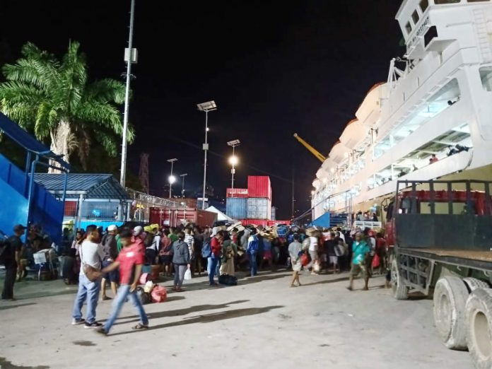 Caption : Suasana Arus Balik lebaran 2019 di Pelabuhan Laut Jayapura, Senin (10/6/2019) malam
