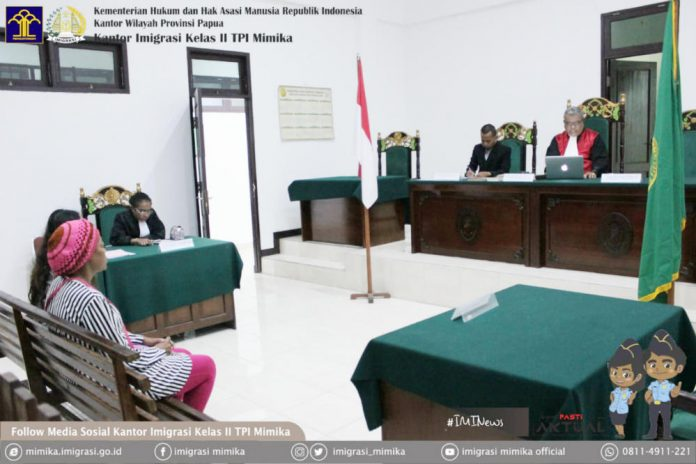 Caption : Nguetse Zangue Elvige Flore asal Kamerun, saat menjalani sidang putusan di pengadilan Negeri Timika, Kamis (13/6/2019)