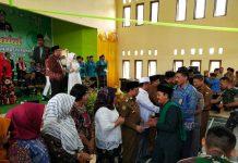 Caption : Bupati Keerom Muh Markum beserta Forkompinda saat bersalaman dengan masyarakat dalam kegiatan Halal Bi Halal di Gedung Pramuka Swakarsa, Selasa (18/6/2019).