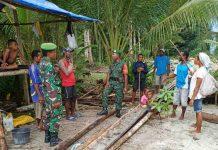Caption : Bati Tuud Koramil 1709-02/Yaptim Serma Ruma Reba, SH dan Babinsa Sertu J. Imbiri bersama warga, meninjau lokasi pelaksanaan TMMD Ke-105 di Kampung Manseisi, Distrik Kaipuri, Kabupaten Kepulauan Yapen, Rabu (19/06/2019).
