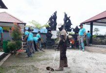Caption : Personil Polres Mappi ketika membersihkan halaman Mesjid, Gereja hingga Pura di wilayah hukumnya.