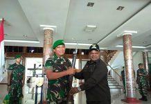 Caption : Bupati Puncak Jaya Bupati Puncak Jaya, Yuni Wonda S.Sos. S.IP, MM, saat menyerahkan Senjata Api Jenis Mouser Milik KKSB kepada Pangdam XVII/Cenderawasih di Aula Koridor Makodam XVII/Cenderawasih, Jum'at (21/06/2019).