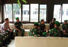 Caption : Pangdam XVII/Cenderawasih, Mayjen TNI Yosua Pandit Sembiring saat bincang-bincang dengan Bupati Puncak Jaya, Yuni Wonda didampingi Kapolres Puncak Jaya dan sejumlah pejabat utama di Makodam XVII/Cenderawasih.