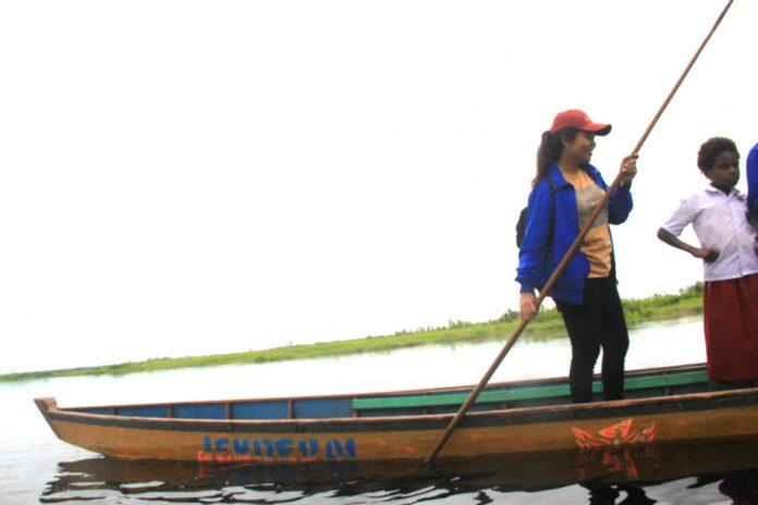 Caption : Inilah sosok Diana Cristiana Da Costa Ati, S.pd, ketika mengantar pulang salah satu muridnya usai pulang sekolah dengan menggunakan sebuah perahu di waktu kesempatan.