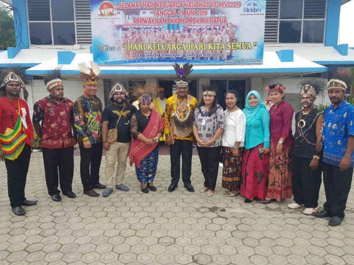 foto bersama kepala BKKBN Provinsi Papua bersama beberapa staff usai upacara HARGANAS