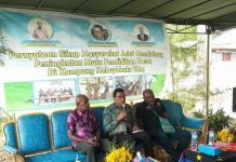 Caption : Suasana pertemuan masyarakat Kampung Yoka dan Kepala Dinas Pendidikan dan kebudayaan, Dr. Fahruddin Pasolo, M.Si di kediaman Ondofolo Hebeybhulu Yoka, Tinus M. M. Mebri, Jum'at (28/6/2019).