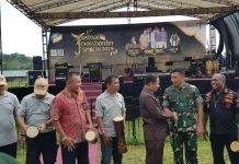 Caption : Danrem 172/PWY Kolonel Inf J. Binsar Sianipar, saat bersalaman dengan wakil Walikota Jayapura bersama rombongan pada acara Festival Croos Border tahun 2019 di Perbatasan RI-PNG Skouw Wutung Distrik Muara Tami Jayapura, Kamis ( 20/06/2019).