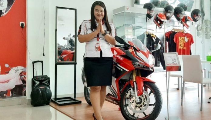 SPG Astra Motor Entrop saat menunjukkan sepeda motor type sport CBR150R yang banyak diminati customer di Papua