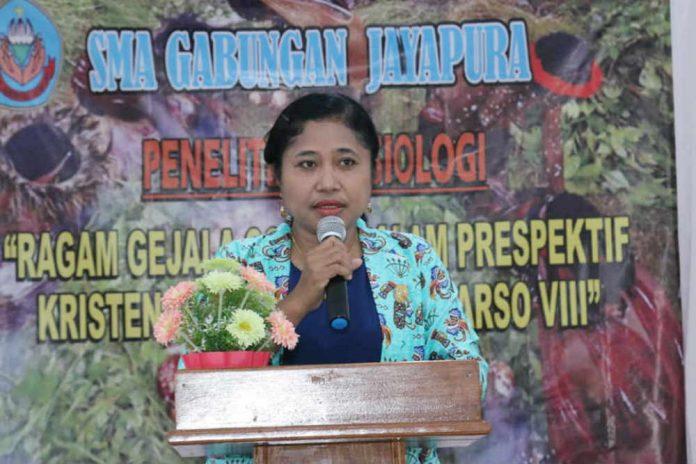 Caption : Kepala Sekolah SMA Gabungan, Sandra Titihalawa,S.Pd.,M.Si saat menyampaikan sambutan pada pelepasan 20 peserta didik untuk penelitian di Arso di waktu kesempatan.