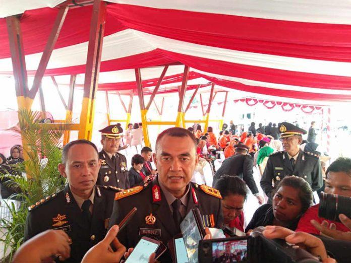 Caption : Kapolda Papua, Irjen Pol. Drs. Rudolf A. Rodja saat memberikan keterangan pers di lapangan Brimob Kotaraja