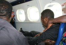 Caption : Salah seorang penumpang bernama Peiton Enumbi meninggal di Pesawat Twin Oter Rimbun PK-CDC, saat tiba di Bandara Mulia-Puncak Jaya, Selasa 9 Juli 2019